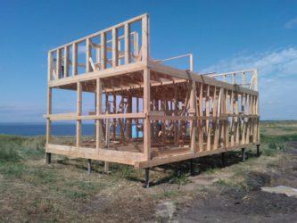 Этапы строительства каркасного дома на винтовых сваях