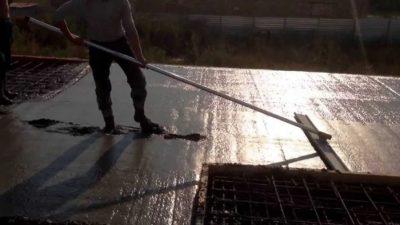 Выравнивание бетона при заливке плиты