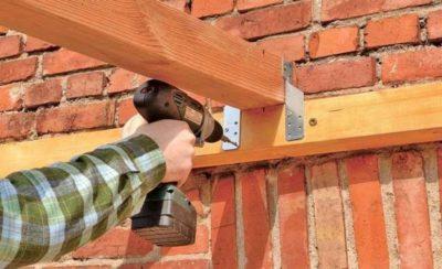 Как прикрепить стропила к кирпичной стене?